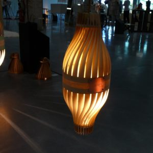 Sculpture lumineuse, BulM S en suspension via prise